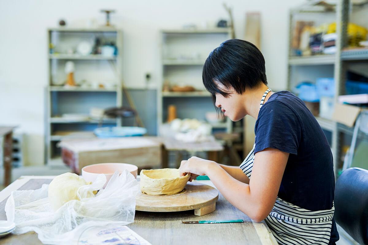 陶芸中の女性